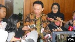 Gubernur DKI Jakarta Basuki Tjahaja Purnama alias Ahok memberikan penjelasan kepada media di Balaikota Jakarta (foto: VOA/Andylala).