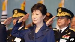 박근혜 한국 대통령이 1일 계룡대 대강당에서 열린 건군 제67주년 기념식에 참석해 거수경례하고 있다.