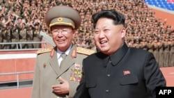 Người đàn ông bên trái được truyền thông Bắc Triều Tiên xác định là Tướng Ri Yong Gil.
