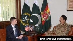 جنرال راحيل شريف سره دپاکستان پينډۍ ښار کې دامريکا سفير ډيوډ هيل ليدنه کړې او په دغه مهال بلوچستان کې دامريکايي ډرون بريد په معامله خبرې اترې شوي دي.