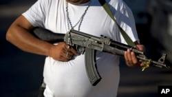 Los compradores adquirieron hasta 10 fusiles a $1.000 dólares cada uno, algunos a manera de inversión.