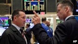 Các nhà đầu tư trên sàn giao dịch chứng khoán New York phản ứng trước những thay đổi của thị trường ngày 25/8/2015.