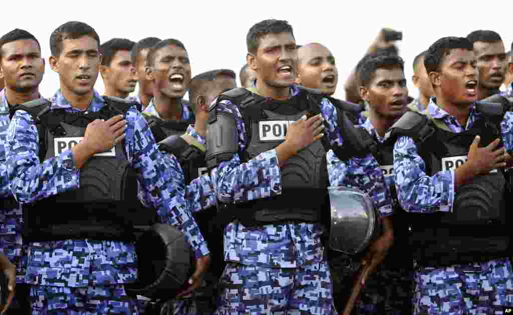 Maldives police officers assume taking an oath before joining a protest against the military in Male, Maldives, February 7, 2012. (AP)