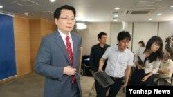 김형석 한국 통일부 대변인이 11일 오후 정부서울청사에서 12일로 예정된 남북당국회담 회담이 무산됐다고 밝힌 뒤 회견장을 나서고 있다.