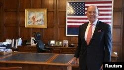 美國商務部長羅斯在華盛頓他的辦公室裡接受路透社採訪。 (2018年10月5日)