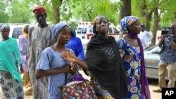 Foto tertanggal 2/6/2014 ini memperlihatkan perempuan yang berhasil lolos dalam penculikan oleh Boko Haram bulan April lalu. Boko Haram diduga kembali melakukan penculikan, kali ini terhadap sekitar 100 laki-laki di desa terpencil di Nigeria.