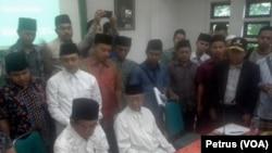 Salahuddin Wahid (duduk kanan) bersama para ulama dan santri Ponpes Tebuireng Jombang menandatangani deklarasi Tolak RUU Pertembakauan (Foto: VOA/Petrus Riski).