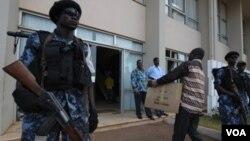 Pasukan keamanan Togo melakukan pengamanan pemilu di Lome, 6 Maret 2010.