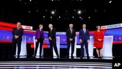 Kandidati za demokratsku nominaciju, biznismen Tom Steyer, senatorka Elizabeth Warren, bivši potpredsjednik Joe Biden, senator Bernie Sanders, bivši gradonačelnik South Benda Buttigieg i senatorka Amy Klobuchar.