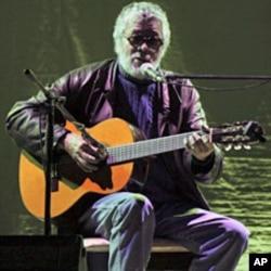 Argentine singer Facundo Cabral performs in a concert in Quetzaltenango July 7, 2011