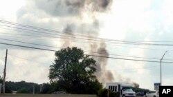 美國海軍藍天使飛行表演隊一架F/A-18戰機執行訓練任務,在起飛時墜毀,現場升起濃煙。