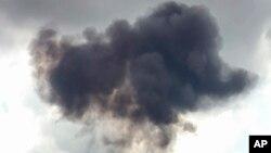 Un denso humo se elevó del lugar donde se estrelló el jet de combate F/A-18 en Smyrna, Tennessee, el jueves, 2 de junio de 2016.