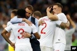 El entrenador de Inglaterra Gareth Southgate, segundo a la izquierda, consuela al inglés Danny Rose, izquierda, después de perder el partido de semifinal entre Croacia e Inglaterra en la Copa Mundial de fútbol 2018 en el Estadio Luzhniki en Moscú, Rusia, miércoles 11 de julio de 2018.