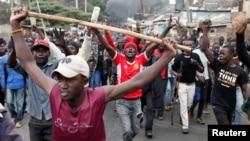 Apoiantes de Raila Odinga manifestam-se em Kibera, bairor de Nairobi, Quénia, 12 Agosto 2017.