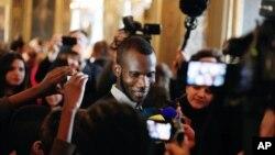 Лассана Батили, 24-летний иммигрант из Мали, спасший нескольких посетителей парижского кошерного супермаркета, где террорист захватил заложников. Париж. 16 января 2015 г.