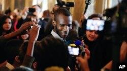 Lassana Bathily, một người Hồi giáo 24 tuổi từ Mali, đã giúp đưa các khách hàng trốn trong một nơi trữ lạnh ở dưới tầng hầm trong vụ tấn công khủng bố vào siêu thị Kosher ở Paris.
