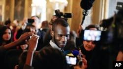 លោក Lassana Bathily បុគ្គលិកក្លាហានម្នាក់នៅក្នុងហាងលក់គ្រឿងទេស Kosher នៅក្នុងក្រុងប៉ារីស ដែលបានរងការវាយប្រហារដោយជនប្រដាប់អាវុធម្នាក់។