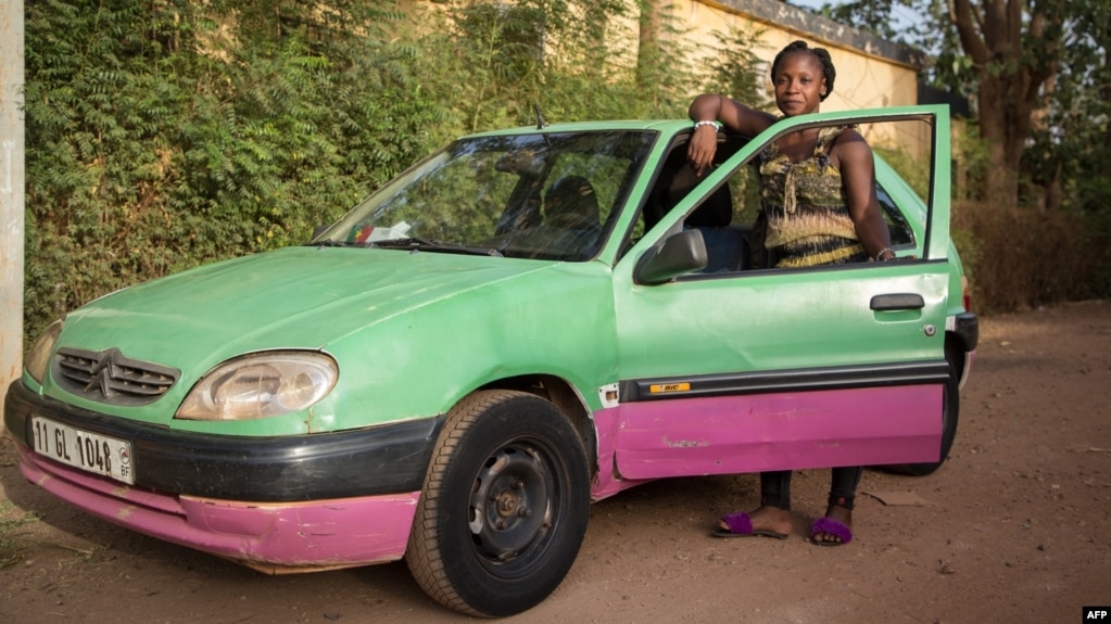 Bibata Gansgne, conductrice de taxi dans la capitale burkinabè Ouagadougou, le 1er mai 2018.
