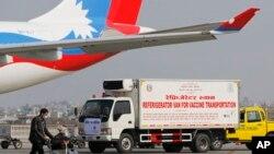 د نیپال په سرښار کتمنډو کې د هند نه په جهاز کې راغلي د کرونا وېکسینونه، د صحت مرکزونو ته انتقالیږي