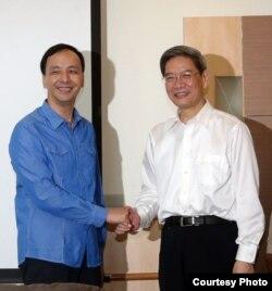 张志军和朱立伦握手致意(陆委会提供)