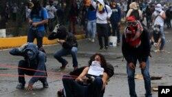 Las protestas en Venezuela han atrapado a los periodistas en la violencia.