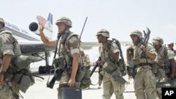 Des membres du 3e bataillon du 9e régiment américain embarquent à bord de leur à destination de l'aéroport de Mogadiscio, Somalie, 19 janvier 1993.