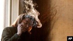 一名爱尔兰妇女在都柏林的一家酒馆中吸烟(资料照片)