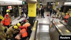ہانگ کانگ کے ایک مصروف سب وے اسٹیشن پر امدادی کارکن آتش زدگی میں زخمی ہونے والوں کی مدد کررہے ہیں۔ 9 فروری 2017