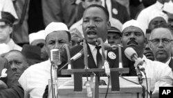 """Martin Luther King mlađi drži svoj poznati govor """"Ja imam san"""" pred hiljadama ljudi u Washingtonu 1963. godine."""