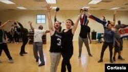 """Robin de Jesús (Usnavi) y Natascia Díaz (Daniela) junto al elenco del centro teatral Olney y Road House Theatre durante el ensayo de """"In The Heights"""". [Foto: Kaley Etzkorn]."""