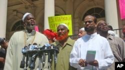 Islamic Leadership Council Members (from left) Imam Talib Abdur Rashid, Imam Al-Amim Abdul Latif, Zaheer Uddin at news conference in New York, 1 Sep 2010