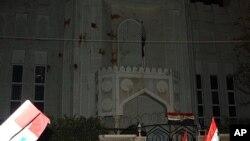 阿萨德的支持者11月12日向卡塔尔驻大马士革大使馆投掷西红柿和呼喊抗议口号