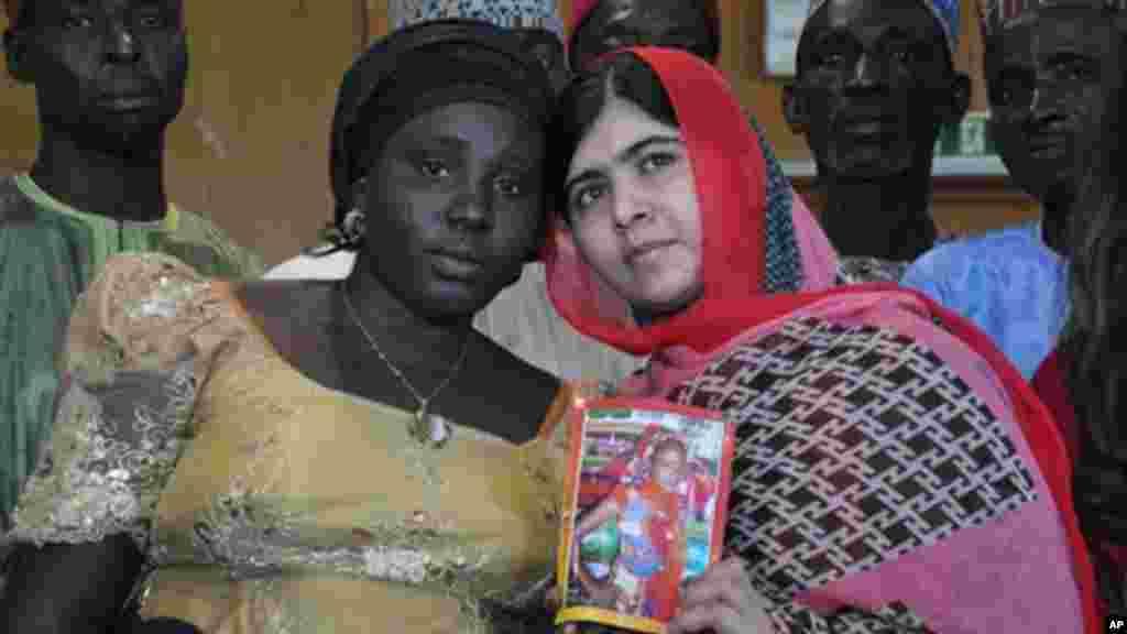 Malala rike da hoton Sarah Samuel da mahaifiyarta Rebecca Samuel daya daga cikin wadanda aka sace a lokacin ziyarata Abuja 13 ga Yuli 2014.