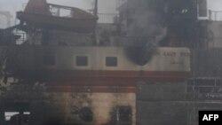 Khói bốc lên từ chiếc phà bị hỏa hoạn ngay sau khi rời cảng Merak ở đảo Java trên đường tới đảo Sumatra kế cận, ngày 28/1/2011