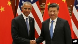 바락 오바마 미국 대통령(왼쪽)과 시진핑 중국 국가주석이 정상회담을 앞두고 악수하고 있다.