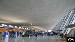 Terminal utama Bandara Internasional Dulles di Washington. Bandara ini menyediakan interfaith chapel, yang biasa digunakan sebagai tempat sholat.