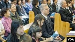 台北义光教会228追思会上林义雄唯一幸存的女儿林奂均与丈夫、孩子在一起。(美国之音记者方正拍摄)