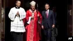 El presidente de la Corte Suprema, John Roberts, sale de la Catedral de San Mateo en Washington, luego de la tradicional Misa Roja, que tradicionalmente antecede al inicio del período de sesiones del máximo tribunal. A su lado el cardenal Donald Wuerl, Arzobispo de Washington.