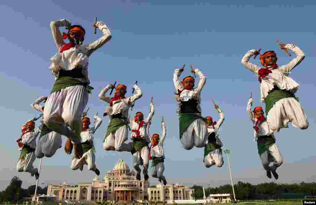 인도 서부 도시 아메다바드에서 힌두교 나브라트리 축제에 참가하는 전통 무용수들이 공연에 앞서 리허설을 하고 있다.