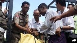 2011년 6천 3백 59명의 정치범을 사면한 버마 정부. 사진은 석방 장면.