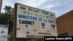 Un panneau devant le ministère de la Santé à Ouagadougou, Burkina Faso, 23 septembre 2018. (VOA/Lamine Traoré)