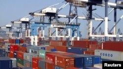 中國山東省煙台港等待運出口的集裝箱。