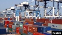 중국 산둥성 얀타이 항구의 수출입 컨테이너. (자료사진)