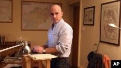 Wartawan New York Times Matthew Rosenberg di kantornya di Afghanistan, 20 Agustus. (AP/Massoud Hossaini)