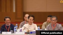 (၁၈) ႀကိမ္ေျမာက္ UPDJC အစည္းအေဝးတြင္ UPDJC ဥကၠ႒၊ ႏိုင္ငံေတာ္၏အတိုင္ပင္ခံပုဂၢိဳလ္ ေဒၚေအာင္ဆန္းစုၾကည္ ေျပာၾကားသည့္မိန႔္ခြန္း (သတင္းဓာတ္ပံု - Myanmar State Counsellor Office - မတ္ ၁၂၊ ၂၀၂၀)