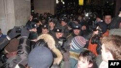 Милиция оттесняет участников протеста