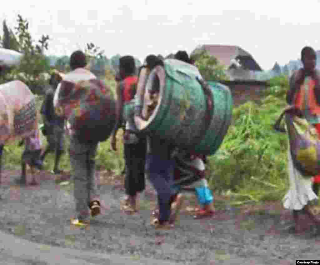 Wakimbizi wakimbia vita wakibeba mali zao kutoka Sake kuelekea maeneo ya usalama