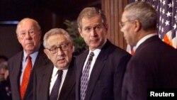 အေမရိကန္ႏိုင္ငံျခားေရးဝန္ၾကီးေဟာင္းႏွစ္ဦးျဖစ္တဲ့ George Schultz (ဝဲ) နဲ႔ Henry Kissinger (ယာ) ။