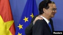 Chủ tịch Ủy ban châu Âu Jean-Claude Juncker chào đón Thủ tướng Việt Nam lúc đó, Nguyễn Tấn Dũng, tại Brussels, Bỉ, trong lễ ký kết đánh dấu sự kết thúc việc thương lượng hiệp định thương mại EU-Việt Nam hôm 2/12/2015.