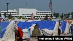 پارلیمنٹ ہاؤس کے باہر مظاہرین کے خیمے